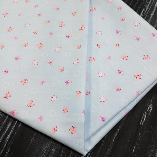 Отрез(сатин),размер 50*50.цветочки на голубом,цена за отрез